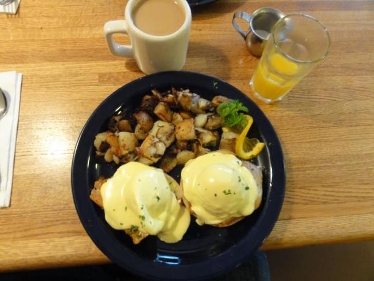 Blackened Ahi Eggs Benedict – Walnut Avenue Cafe – Santa Cruz