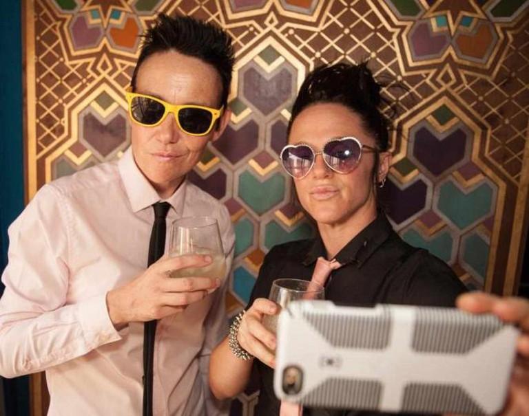 Lisa Donohoe and Brynn Gelbard take a selfie. | © Flaminia Fanale