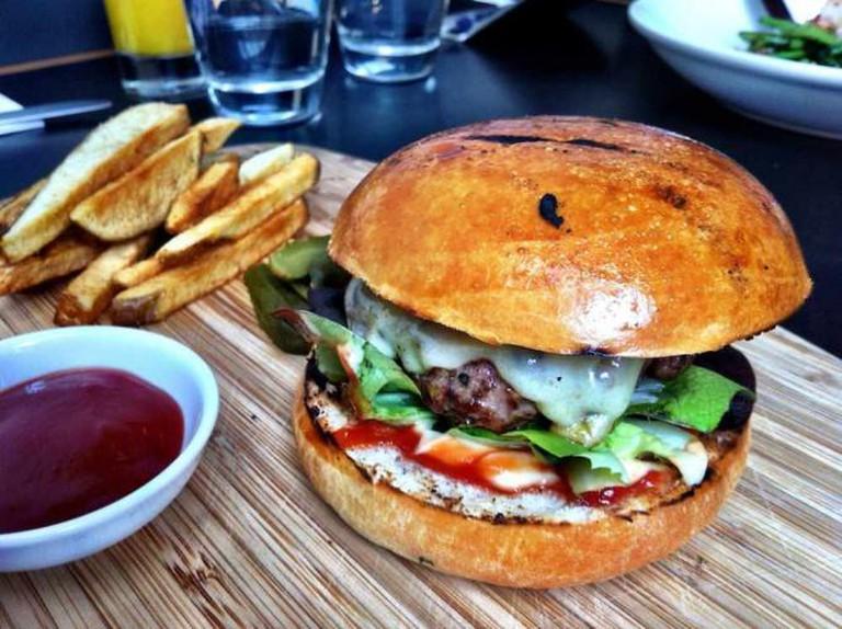 Burger and chips at Speakeasy | © Katherine Lim/Flickr