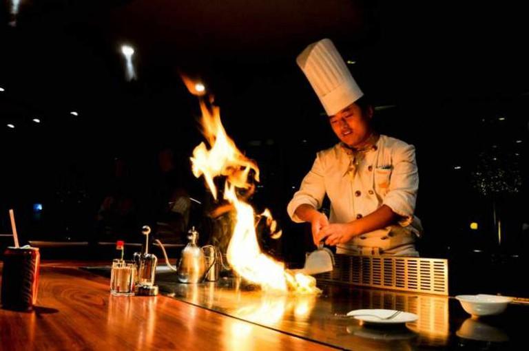 A chef using a teppanyaki grill | © Giorgio Minguzzi/Flickr