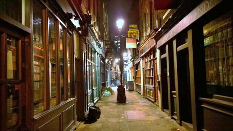 Alley of shops in Spitalfields London | © terrencechisholm/Flickr