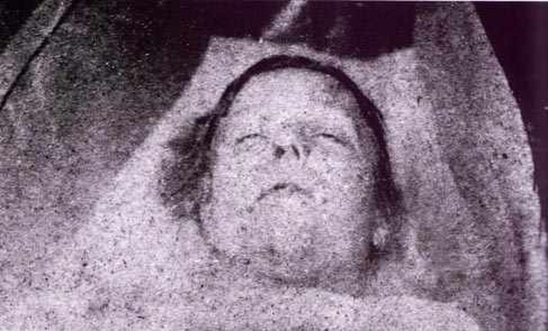 A mortuary photo of Mary Ann Nichols © wikicommons