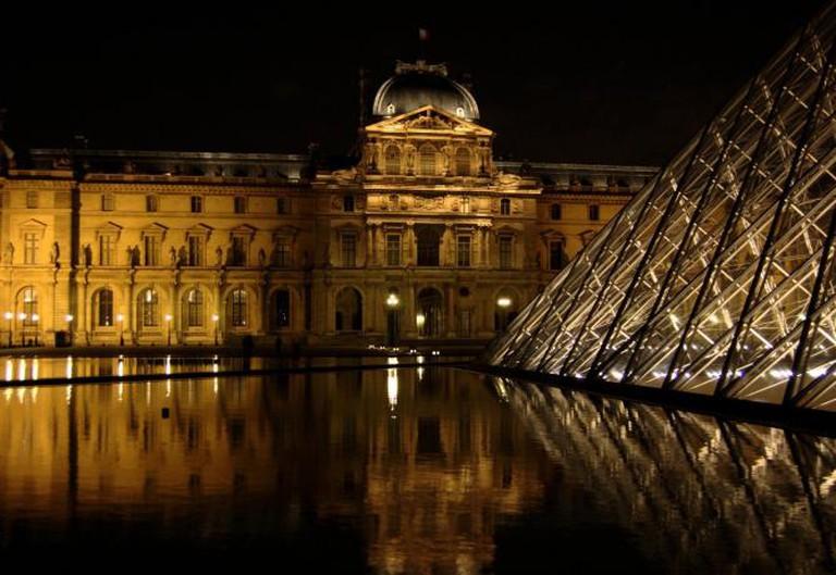 "© ""Louvre 01"" by Pipiten – Flickr/ Wikimedia Commons"