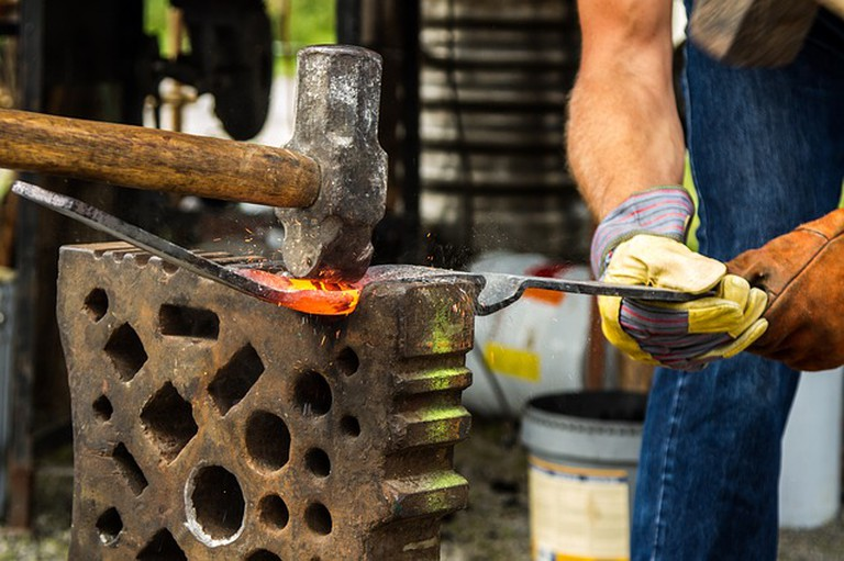 Working on the forge | ©TiBine / Pixabay