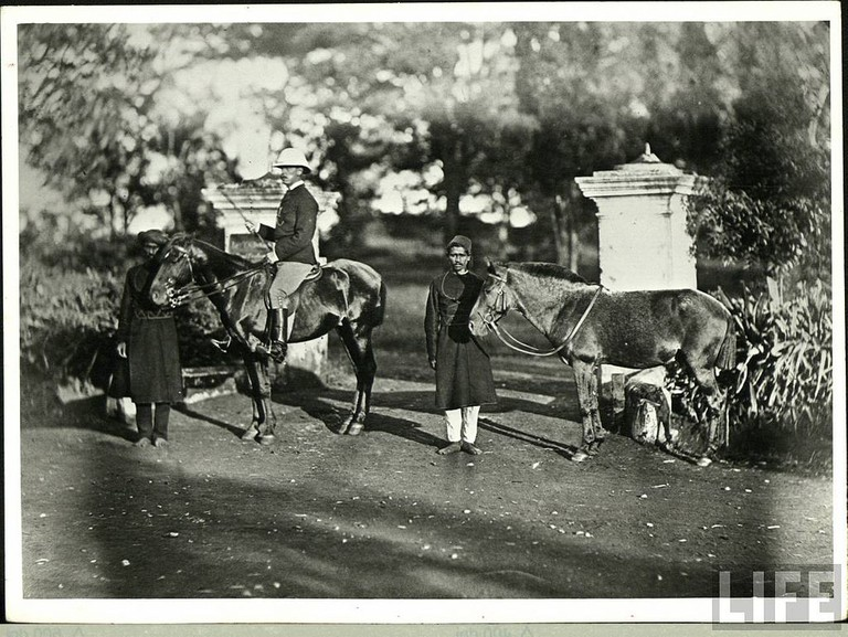 British men on horse during British Raj in India/©Unknown/WikiCommons