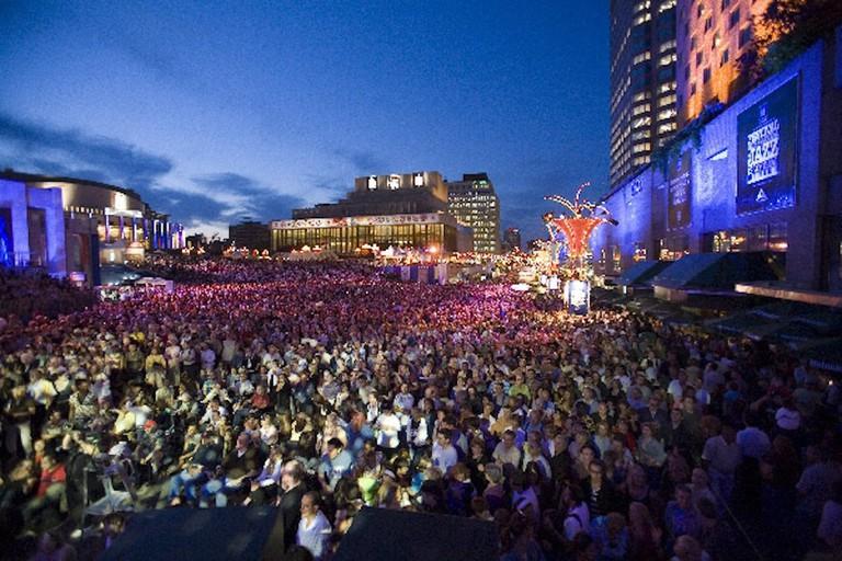 https://commons.wikimedia.org/wiki/File:Festival_International_de_Jazz_de_Montr%C3%A9al.jpg