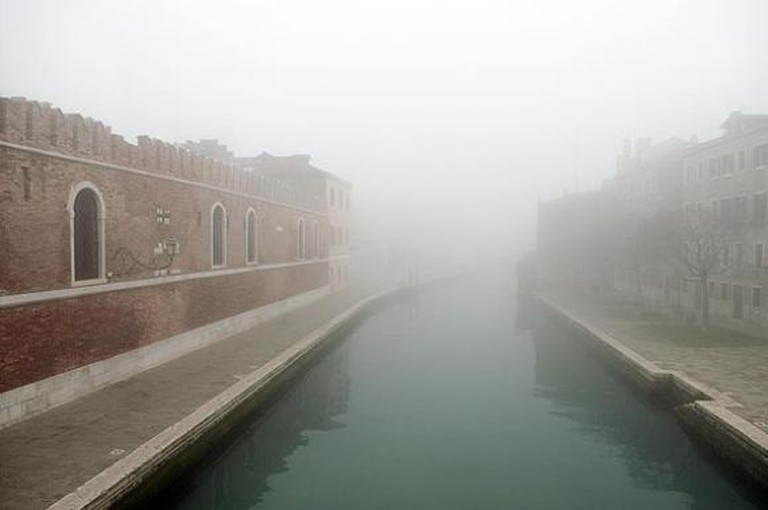 Suspended times and spaces in a foggy Venice