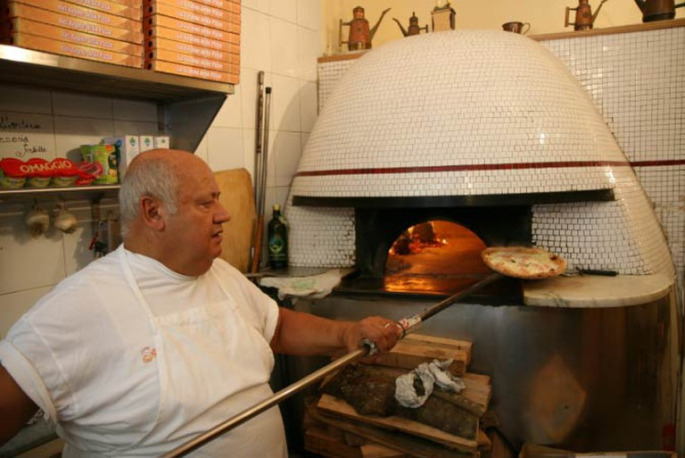 Wood fired pizza oven at Pizzeria Sorbillo, Naples | © Glen MacLarty/WikiCommons