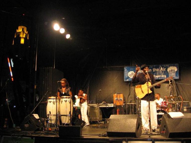 Oliver Mtukudzi and his band perform at Genoa Park in Columbus, Ohio on August 1, 2008 | © Knase/Wikicommons
