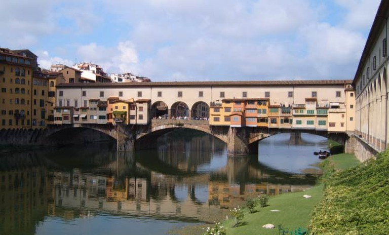 http://upload.wikimedia.org/wikipedia/commons/1/1b/Ponte_Vecchio_Firenze.jpg