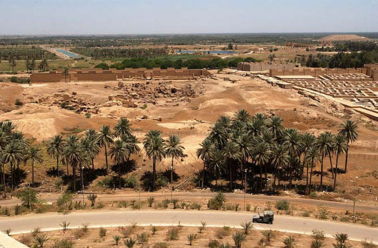 A partial view of the ruins of Babylon from Saddam Hussein's Summer Palace | © BotMultichillT/FlickrCommons