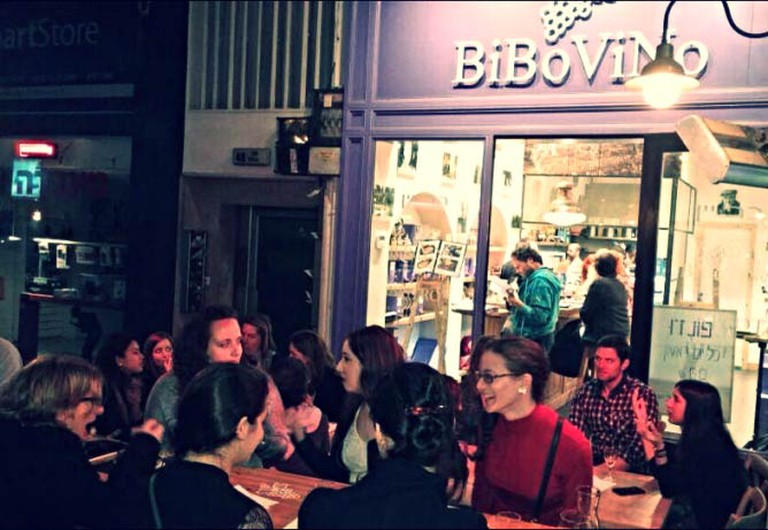 Wine, food, and friends at a Bibovino meetup |© Bibovino