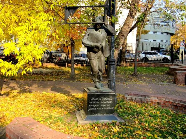 Monument to Moscow-Petushki by Venidikt Yerofeev installed in Borby Square, Moscow. Sculptors Valery Kuznetsov, Sergei Manserev © Vladimir OKC WikiCommons