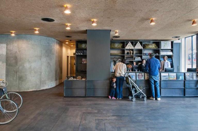 Ace Hotel London Shoreditch - Lobby Desk | ©ANDREW MEREDITH