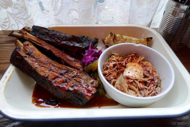 Ribs with coleslaw and BBQ sauce