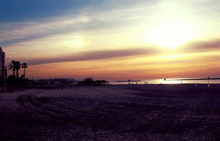 {{IMAGE: Tel Aviv Beach I @IgorMagic/WikiCommons}}