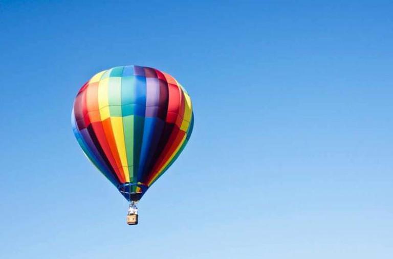 Hot air balloon in flight | © Paul J Everett/FlickR