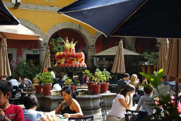 Brunch in the courtyard of El Bazar Sábado | © amy halverson/Flickr