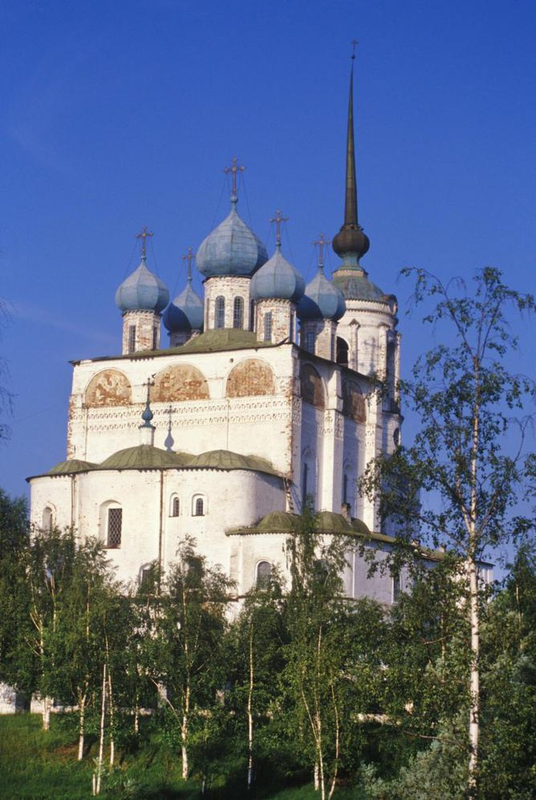 Solvychegodsk. Cathedral of the Annunciation, northeast view. Cathedral was begun in 1560, completed in the early 1570s, but consecrated—like the Vologda St. Sophia Cathedral—only in 1584 (apparently due to Ivan the Terrible's anger at the church hierarchy). Photograph: June 26, 2000.]