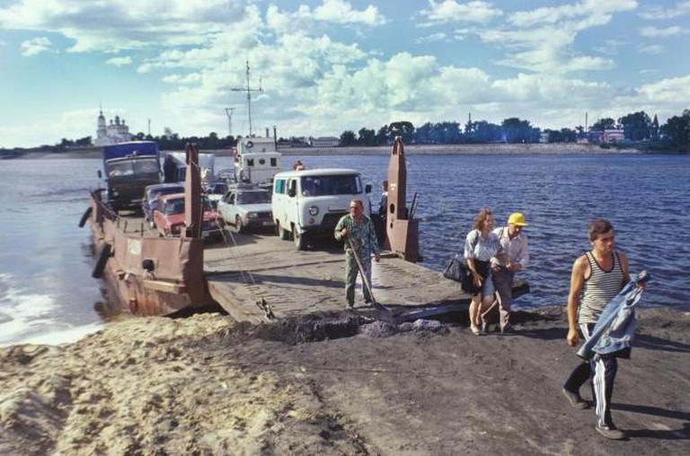 Solvychegodsk. Vychegda River ferry, south bank. Background: Annunciation Cathedral. Photograph: July 17, 1999.