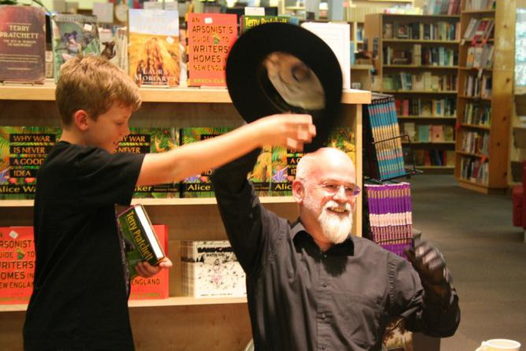 Sir Terry Pratchett mid-fight with a kid for his hat | © Robin Zebrowski/Flickr