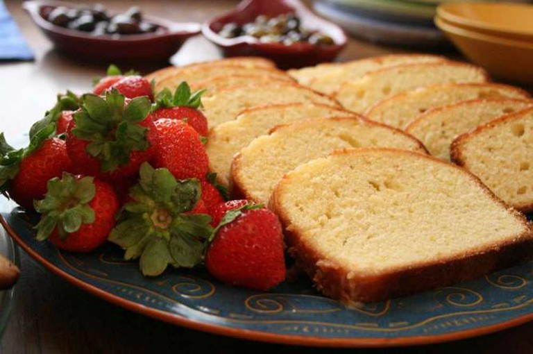 Sliced pound cake with strawberries | © Lindsey Turner