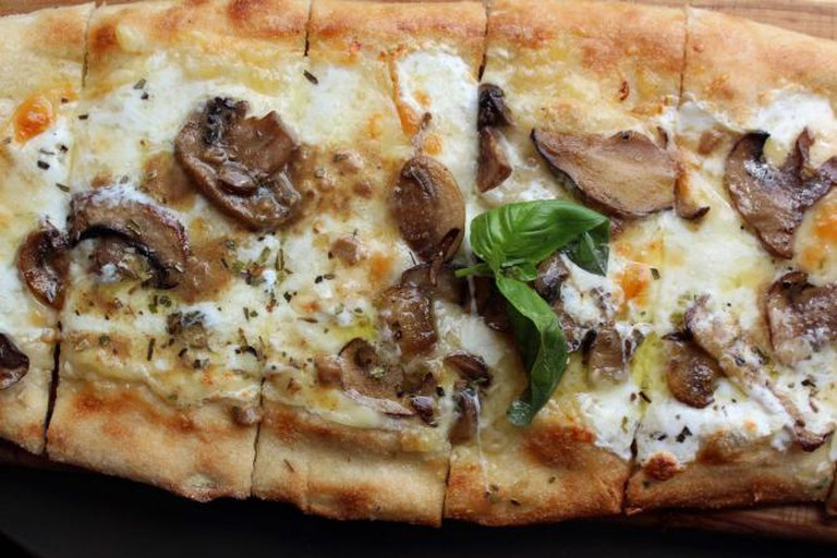 Truffle Flatbread at Via Trenta, Astoria | © Bradley Hawks/Flickr