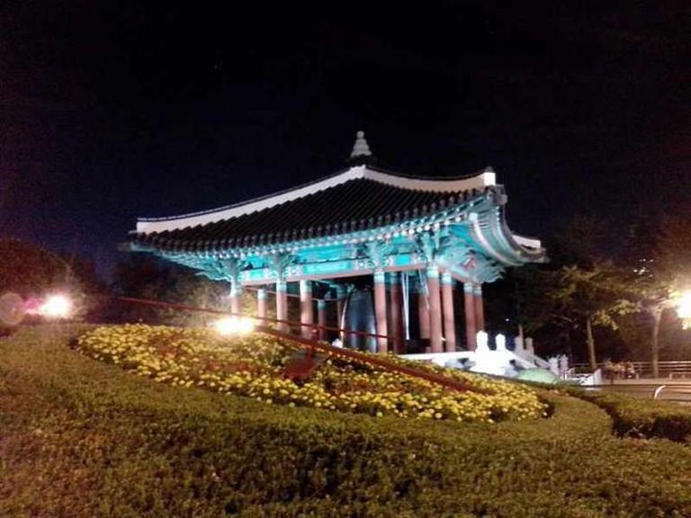 Yongdusan Park at night | © 螺钉/WikiCommons