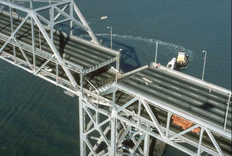 Section of collapsed Bay Bridge|© Joe Lewis/Flickr