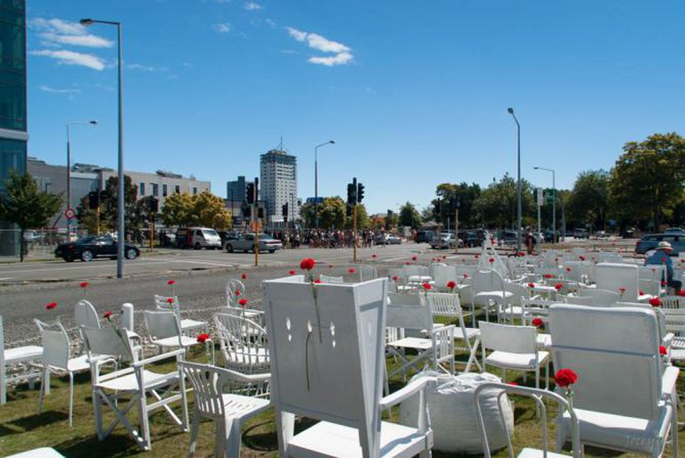 185 Empty White Chairs © Jocelyn Kinghorn/Flickr