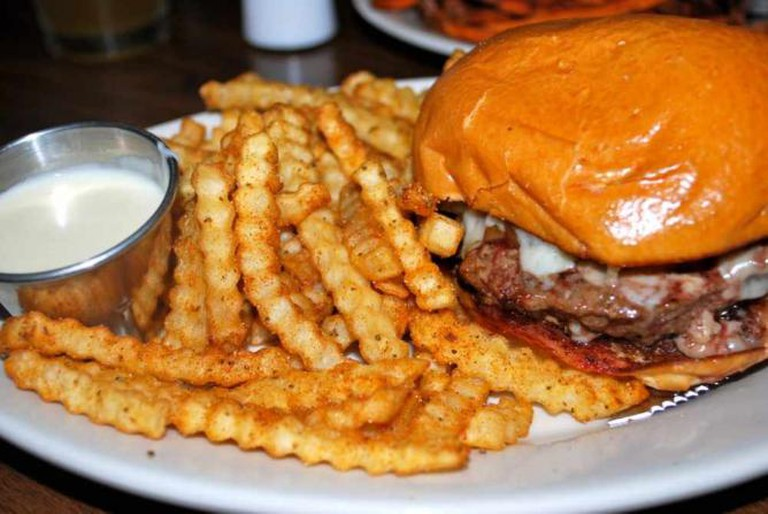 Pour House burger and famous fries | © Jessica Rossi/Flickr