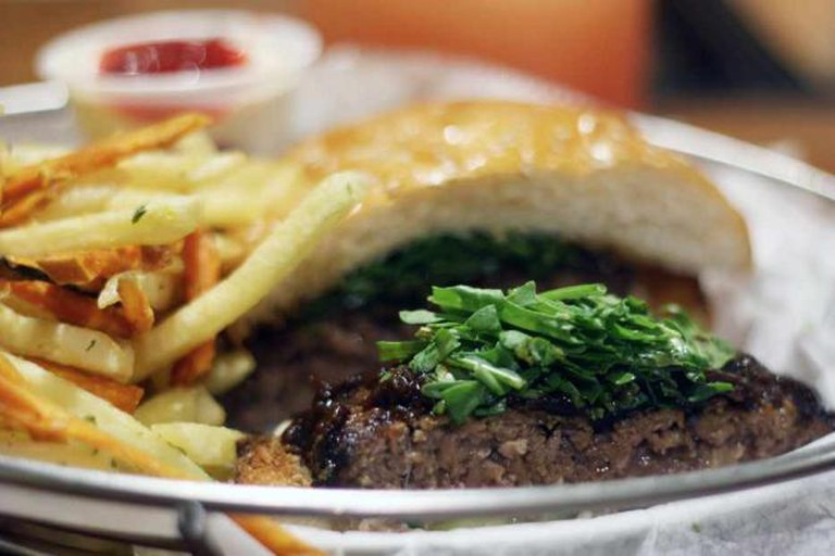 Vitrina's Hamburger and fries| © Alex Kojfman