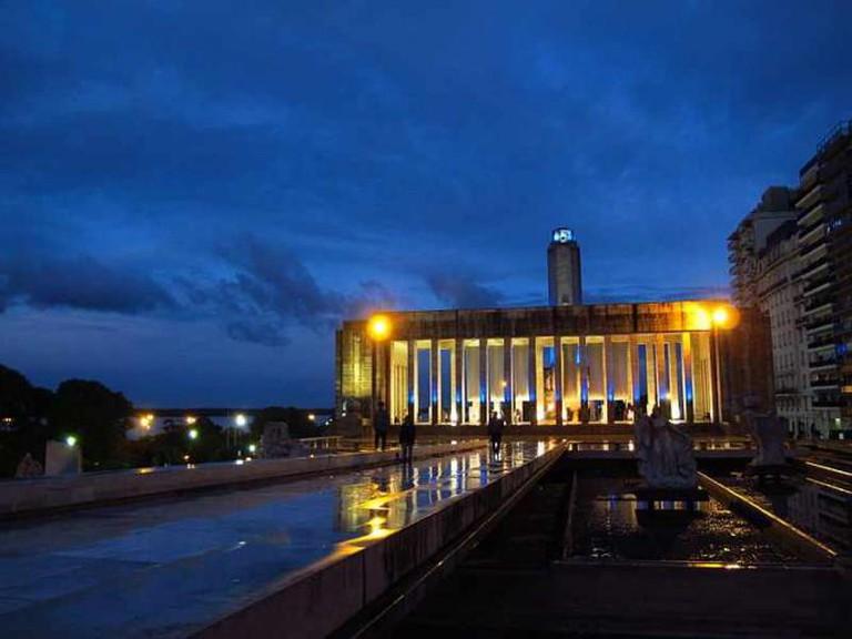 Rosario's National Flag Monument at night Ⓒ Uturungu/Wikicommons