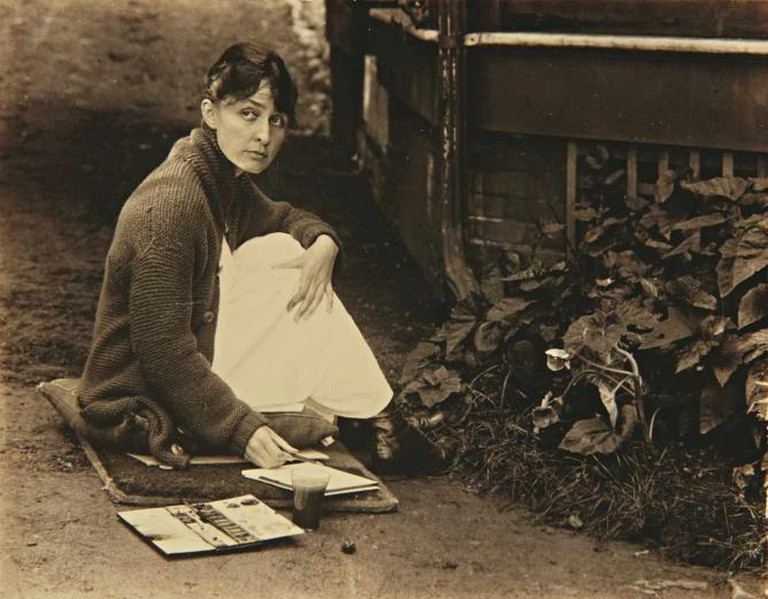 O'Keeffe with sketchpad and watercolors | © Alfred Stieglitz (Public Domain)/Wikicommons