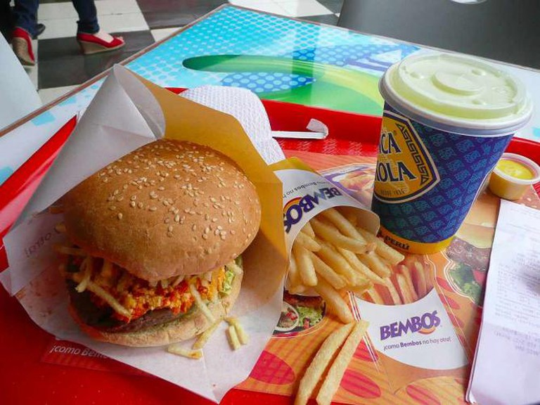 Bembos burger and chips | © EazyIanish/Wikicommons