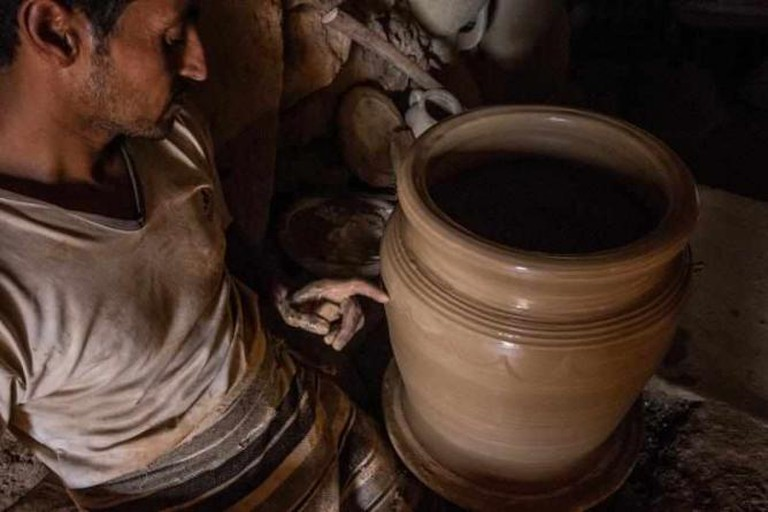 Potter working in Guellala | © Elisa Banfi/Flickr