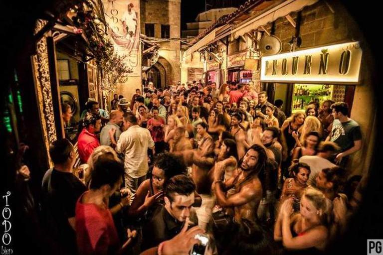 Todo Bien's endless crowds dancing | Todo Bien