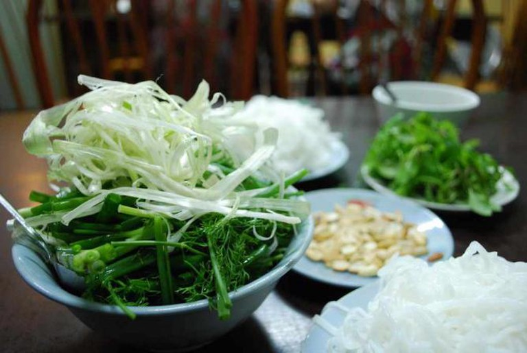 Dill, Spring Onion, Rice Vermicelli, Coriander, Hot Mint, Peanuts | © Alpha/Flickr