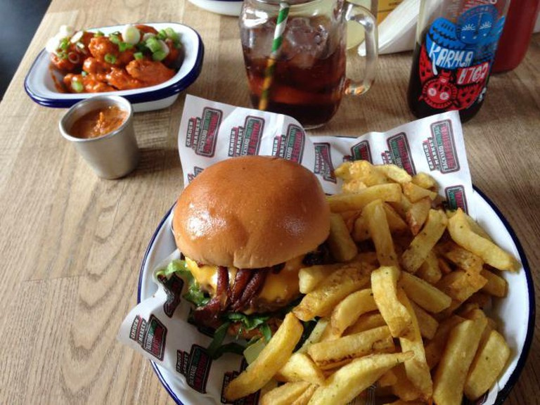 The Backyard Burger with Rosemary Salted Chips, Hot Wings, Bacon Ketchup and Karma Cola | © Gina Chahal