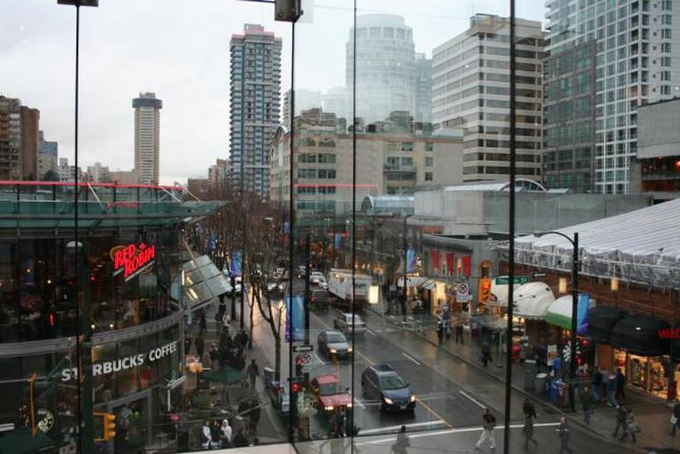 Rainy Robson Street | © Justene/Flickr