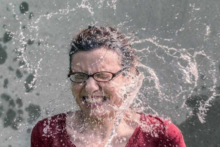 Woman being splashed with cold water | © Ryan McGuire/Pexels