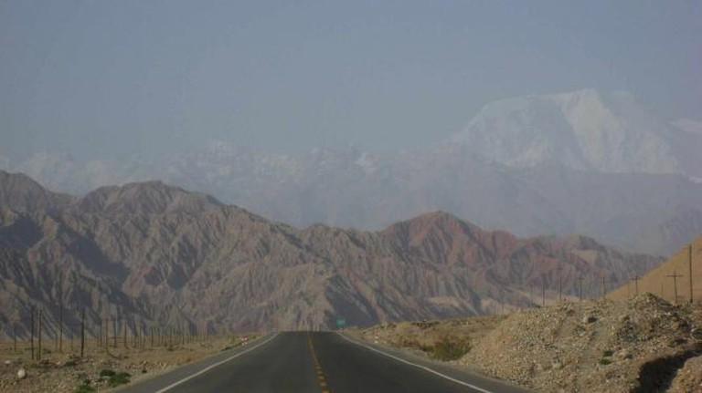 Karakoram Highway, Xinjiang, China | © taylorandayumi/Flickr