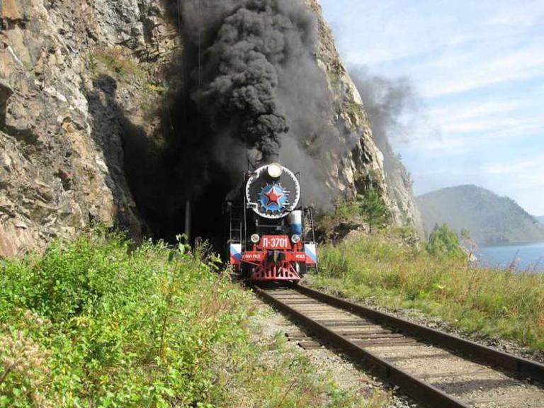 Tourist train in the Circum-Baikal Railway © Burtasovsky Kirill/WikiCommons