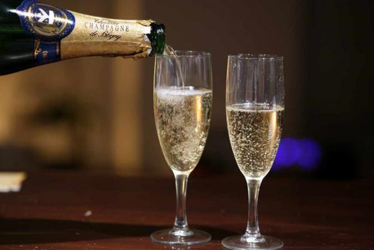 Pouring Champagne | © Simon Law/WikiCommons