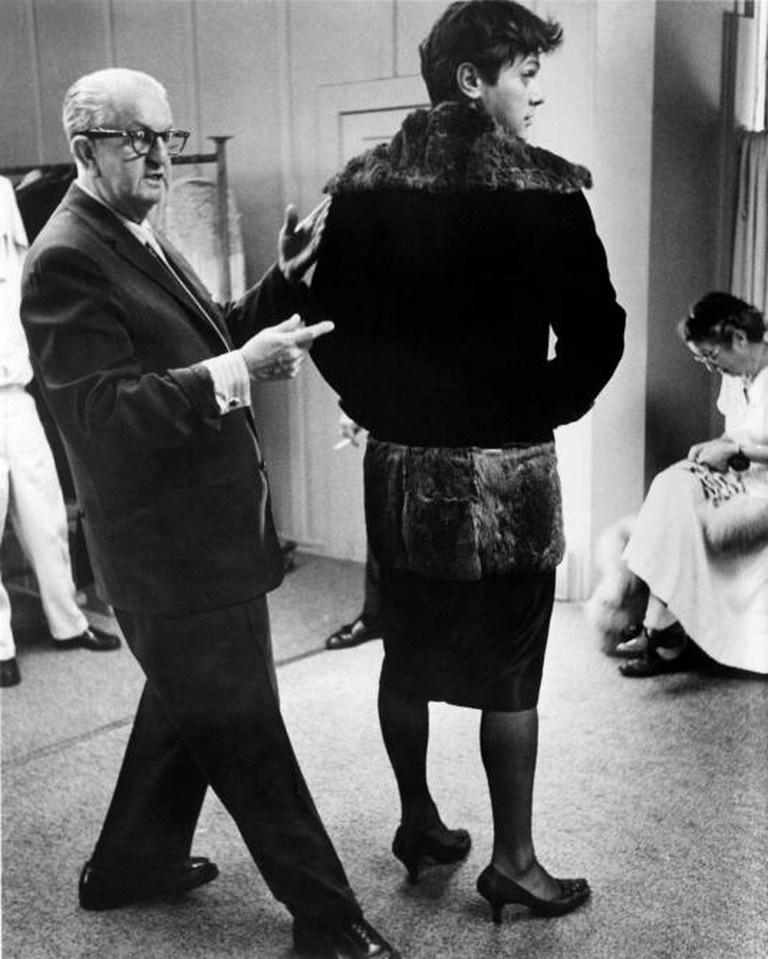 Orry-Kelly and Tony Curtis, behind the scenes in Some Like it Hot (1959) | © United Artists-Photofest