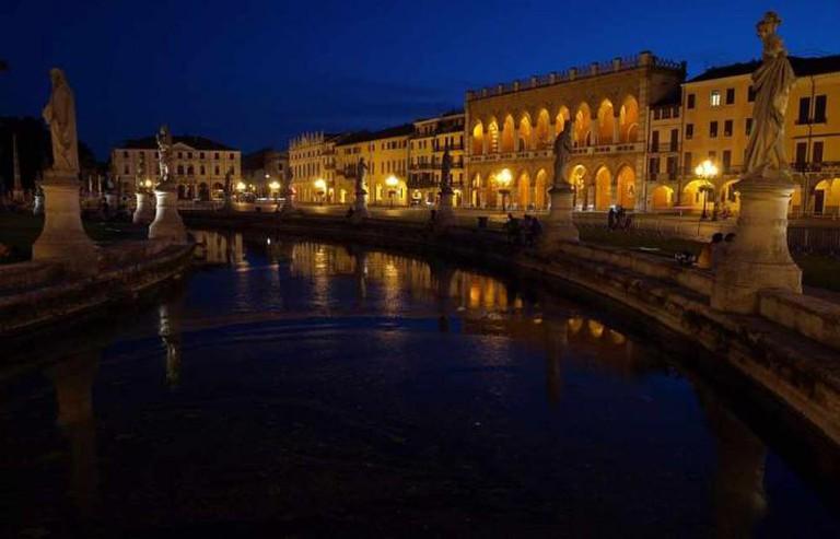 Prato della Valle at night, Padua | © Andrzej Walczak/WikiCommons