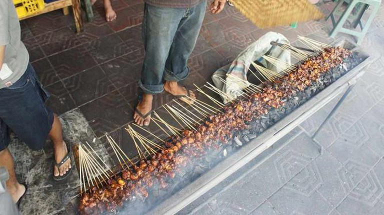 Grilling Sate   © Dietrich Ayala/Wikimedia Commons