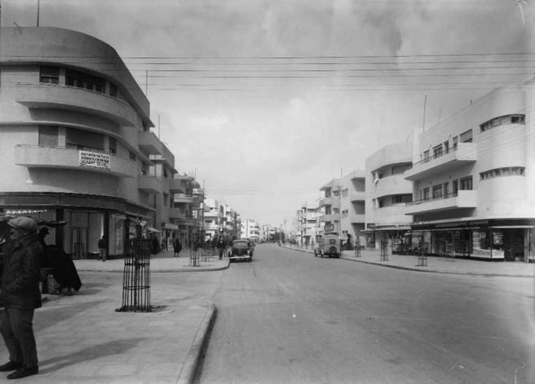 Bauhaus Architecture on Dizengoff Street, Tel Aviv, 1930s   © WikiCommons