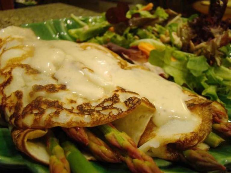 Asparagus Crepe with Vegan Hollandaise | © Vegan Feast Catering/Flickr