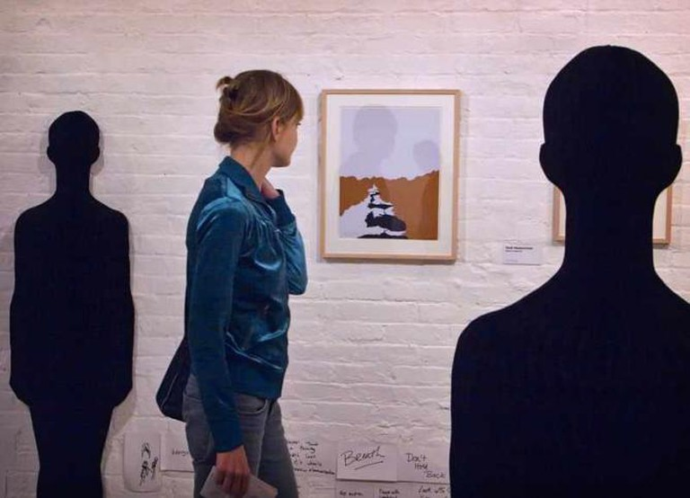 Observers at a gallery | © gaspi *yg/flickr